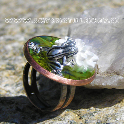 3D finger ring with frog and Ice Resin